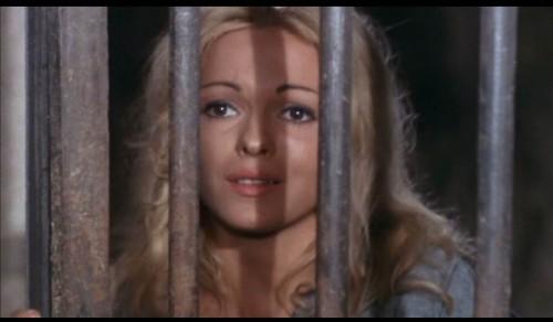Maria Rohm derrière les barreaux : une image qui va devenir un cliché du cinéma d'exploitation.